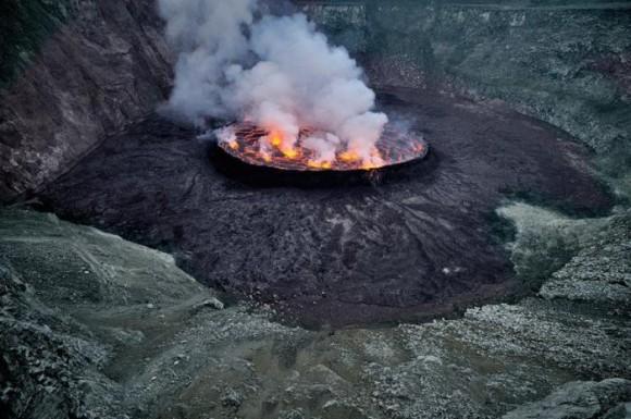 تصاویری زیبا از دهانه آتشفشان و مواد مذاب